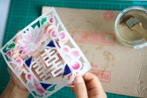 Hanji-motif-being-made